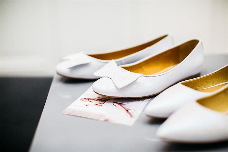 Biała, skórzane kokardki są dopinane do butów za zatrzask, można więc łatwo i szybko się ich pozbyć lub zamienić na inny wzór.