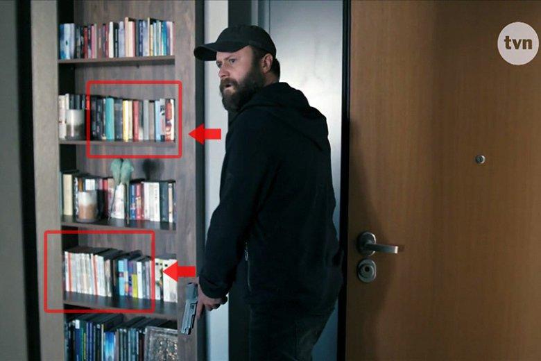 """Kolejny kadr z """"Pułapki"""" TVN, w którym widać """"książki Patryka Jakiego"""". Za pistoletem widoczne są słynne albumy o niemieckich parowozach."""