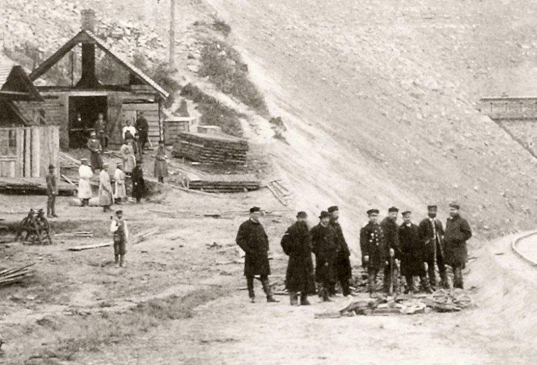 kierownictwo budowy i pracownicy tartaku