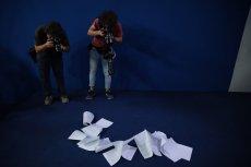 """""""Długi dokument"""", jaki otrzymali dziennikarze na konferencji PiS."""