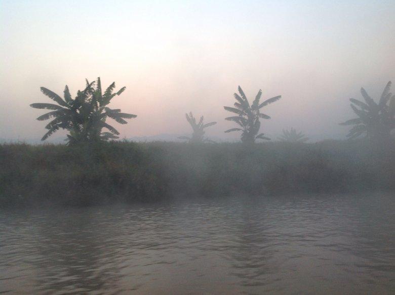 Jezioro Inle spowite mgłą przed świtem. Birma