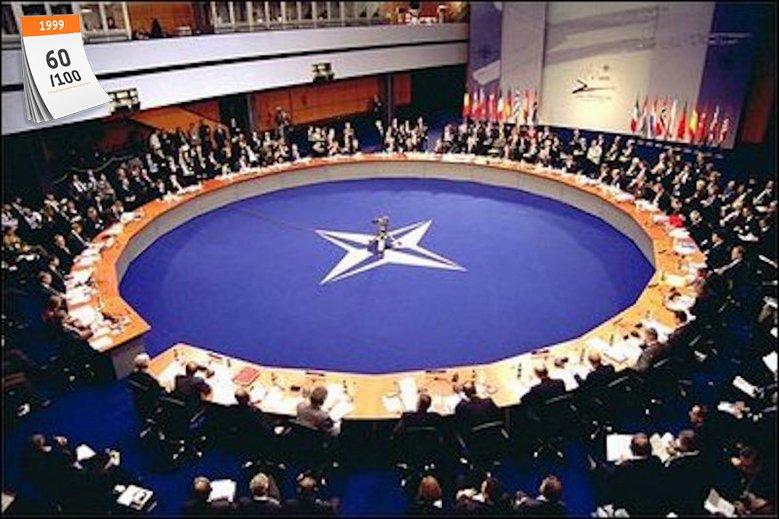 Polska flaga wisi przed kwaterą główną NATO w Brukseli od 1999 roku
