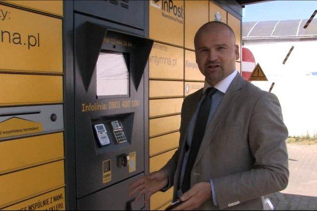 Rafał Brzoska przed paczkomatem, który wyprowadził jego biznes na międzynarodowe wody