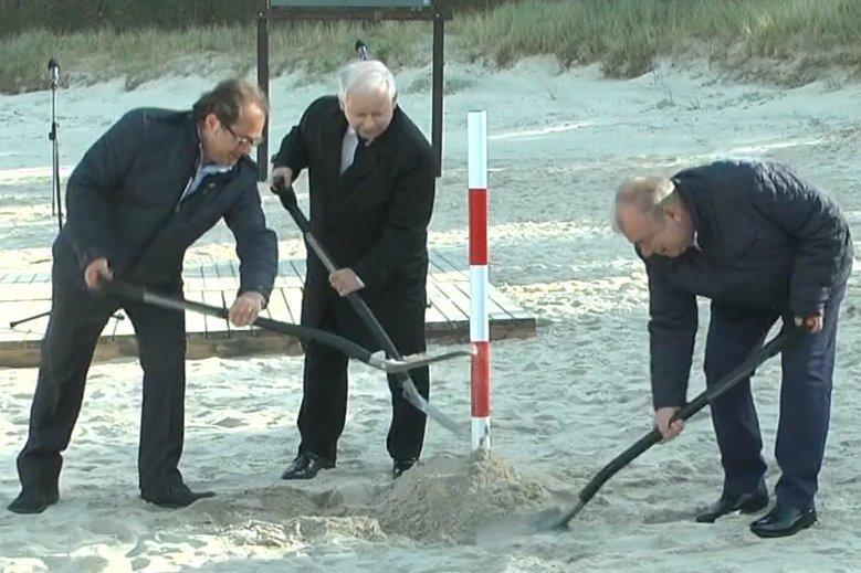 Słupek wkopany przez prezesa Kaczyńskiego długo nie postał.
