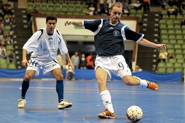 Rozgrywki dla amatorów pozwalają każdemu wcielić się w piłkarzy znanych z telewizji.