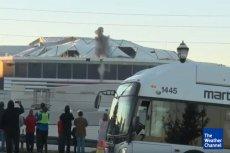 Wjazd w kadr białego autobusu stał się hitem sieci.