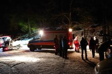 Ratownicy GOPR próbują uratować dwoje turystów, którzy zostali na szlaku.