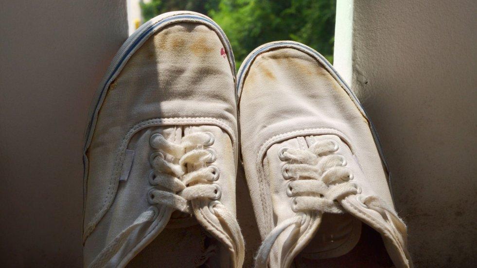 Wystarczy połączyć ze sobą proszek do pieczenia i płyn do prania w proporcjach 1:1,5, a powstałą pastę nanieść na buty, pozostawić na chwilę i zmyć.