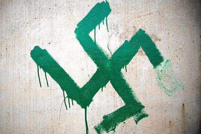 Jedwabne, rok 2011. Pomazany farbą pomnik pomordowanych Żydów.