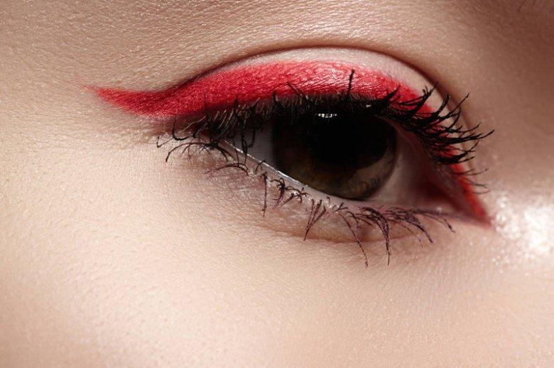 Czerwony, różowy, fioletowy czy kobaltowy liner to doskonały pomysł na wakacyjny makijaż!