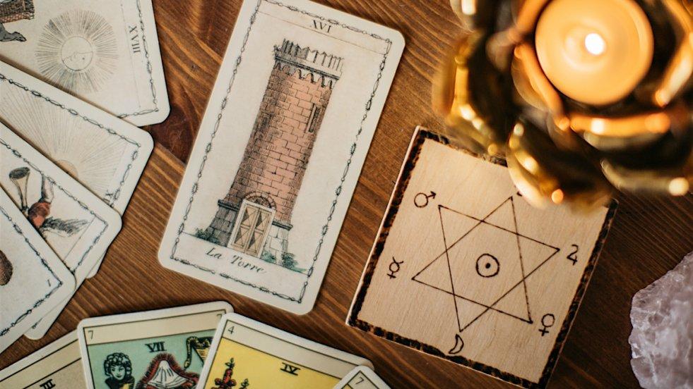 Wieża to jedna z 21 kart należących do grupy tzw. wielkich arkanów.