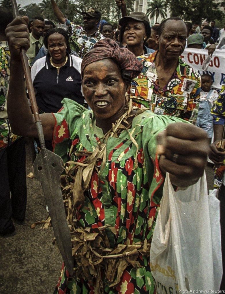 Kobieta pokazująca, co zrobi, gdy spotka kogoś z plemienia Tutsi na ulicach Kinszasy