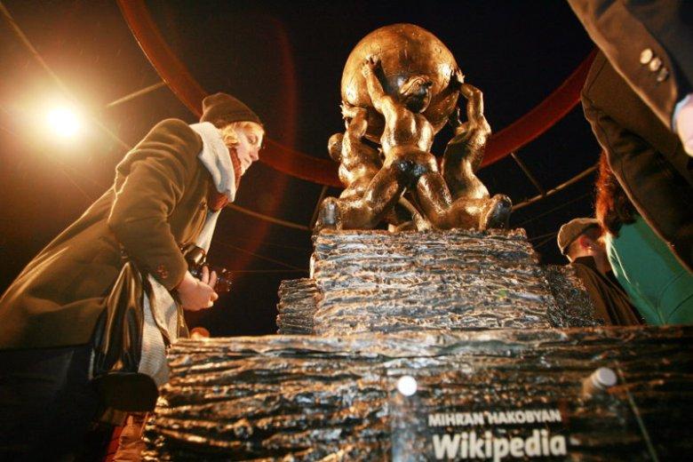 Wikipedia w Polsce ma nawet swój pomnik – tak wiele dla nas znaczy.