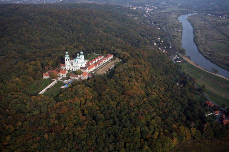 Klasztor Kamedułów na Bielanach z lotu ptaka.