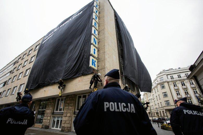 Policja zatrzymała co najmniej 44 osoby, które brały udział w akcji zasłaniania czarną płachtą budynków, w których są biura PO i PiS.