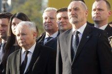 – Wierzę, że będziecie gwardią tego pomnika, tego popiersia. Że będziecie strzec nie tylko jego fizycznej obecności, ale też jego przesłania dla narodu polskiego – mówił dalej Antoni Macierewicz na odsłonięciu pomnika Lecha Kaczyńskiego.