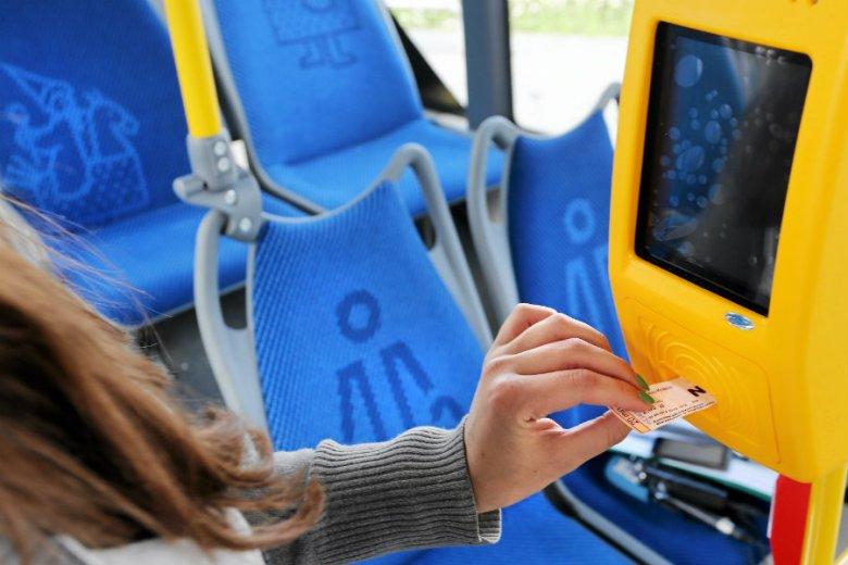 Rumunka nie miała biletu w autobusie ZTM. W wyniku starcia z kontrolerami trafiła z zerwanym więzadłem nadgarstka do szpitala.