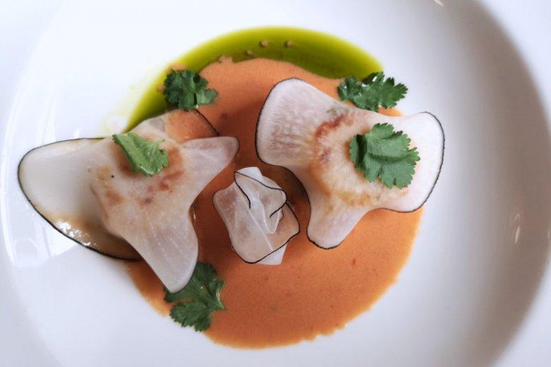 Małże Św. Jakuba – marynowana czarna rzepa, sos rakowy, oliwa porowa; restauracja Strefa