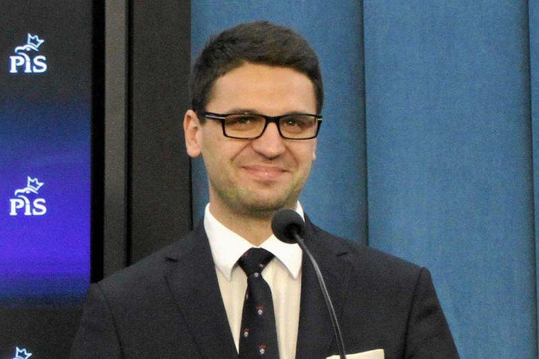 """Mariusz Antoni Kamiński zniknął z polityki po """"aferze madryckiej"""". Co robi teraz?"""