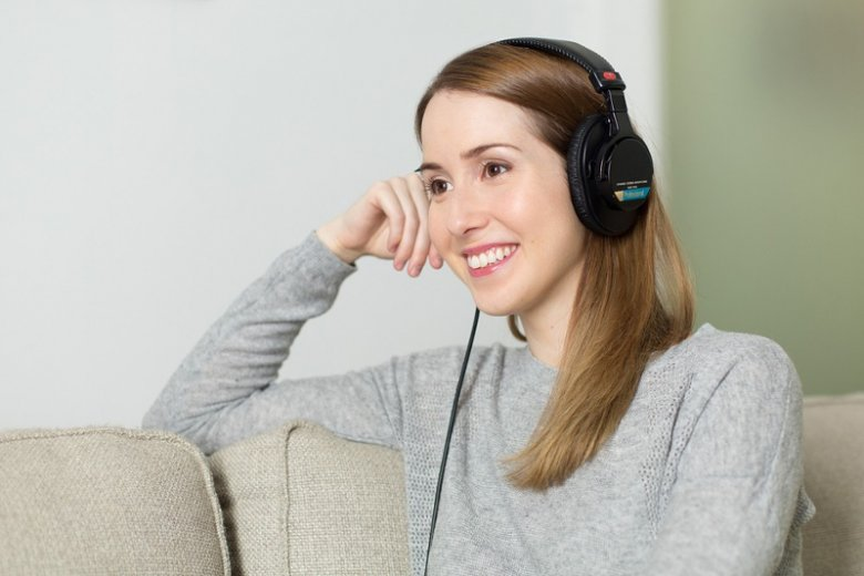Słuchanie muzyki w pracy poprawia naszą koncentrację, łagodzi stres i wpływa korzystnie na kontakty ze współpracownikami