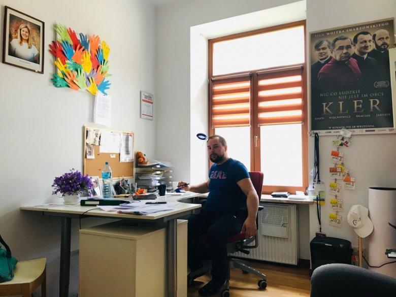 Mariusz jest jedną z osób, które dyżurują przy telefonie Fundacji.