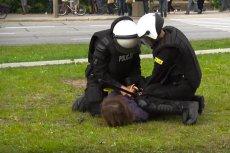 Córka Anny Kołakowskiej z PiS została przesłuchana w charakterze pokrzywdzonej przez Prokuraturę Okręgową w Gdańsku. Postępowanie dotyczy ewentualnego przekroczenia uprawnień przez policjantów, którzy zatrzymali ją po majowych starciach na ulicach Gdańska