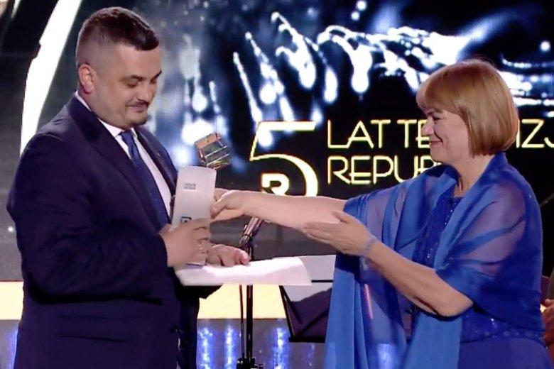 Krzysztof Sobolewski w imieniu Jarosława Kaczyńskiego odebrał nagrodę z rąk redaktor naczelnej Telewizji Republika Doroty Kani.