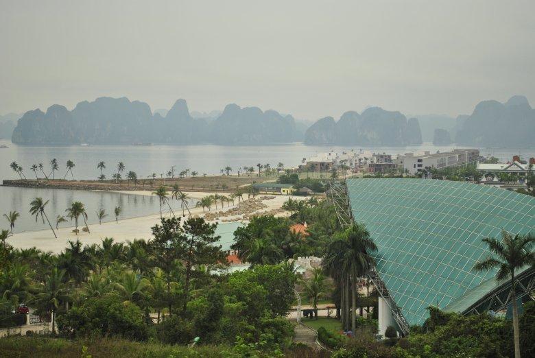 Đảo Tuần Châu, budowa apartamentowców z widokiem na Ha Long Bay, Wietnam