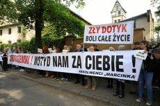 W Poznaniu absolwenci liceum w czasie mszy protestowali przeciwko obecności abp Marka Jędraszewskiego.