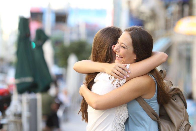 Wiele dorosłych kobiet nie ma żadnego fizycznego kontaktu ze swoimi przyjaciółkami.