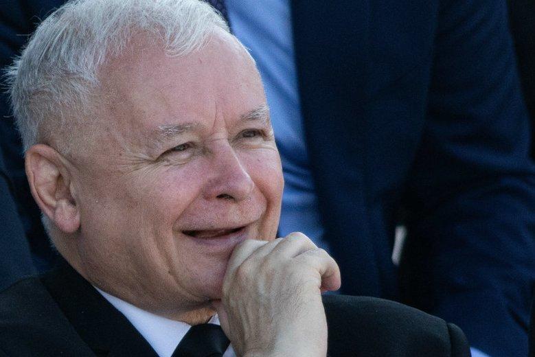 Jarosław Kaczyński znalazł się w kadrze z lat 70. Z czerwoną kokardą i papierosem.