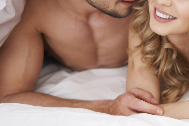 – W trakcie terapii par obserwuję, że kiedy po kilku latach związek się przygasił można odświeżyć sferę seksualną właśnie poprzez świntuszenie – twierdzi seksuolog Andrzej Gryżewski.