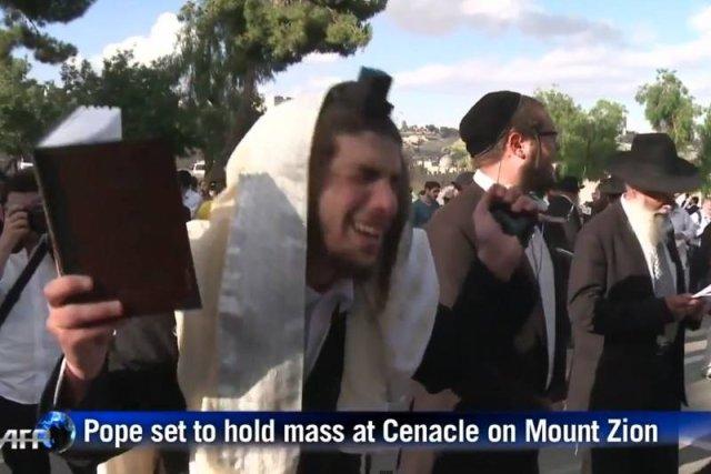 Ortodoksyjni Żydzi protestują przeciwko odprawieniu przez papieża mszy w okolicy Wieczernika.