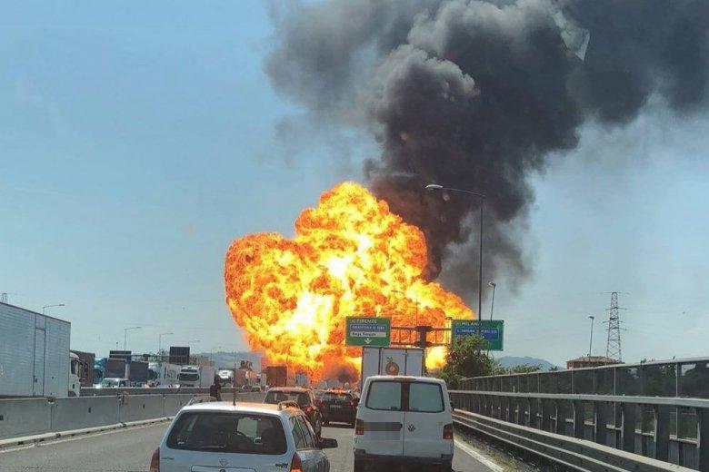 Płonie wiadukt na autostradzie niedaleko Bolonii.