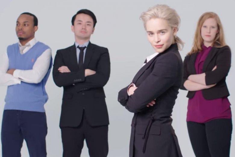 """Emilia Clarke odtworzyła zdjęcia ze stocka. Tutaj razem ze """"swoim biznesowym zespołem"""""""