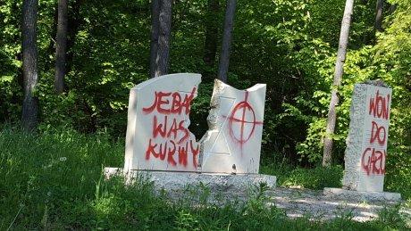 Zniszczony pomnik upamiętniający zamordowanych Żydów z Rajgrodu