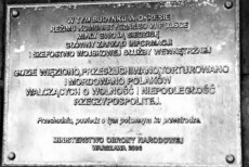 Tablica na byłej siedzibie Głównego Zarządu Informacji. To najbardziej znienawidzona przez żołnierzy struktura służb specjalnych PRL.