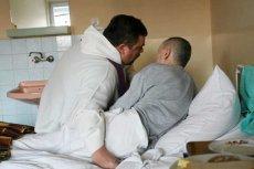 Kapelani są zatrudniani w szpitalach na umowy o pracę, najczęściej na pół etatu