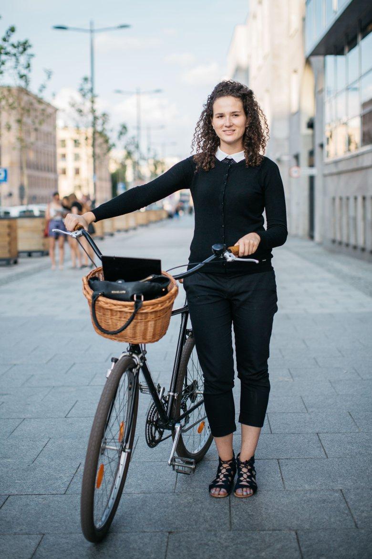 Kolejna w naszym zestawieniu rowerzystka, Ola studiuje prawo. Właśnie wraca do domu z kancelarii, gdzie odbywa wakacyjne praktyki.
