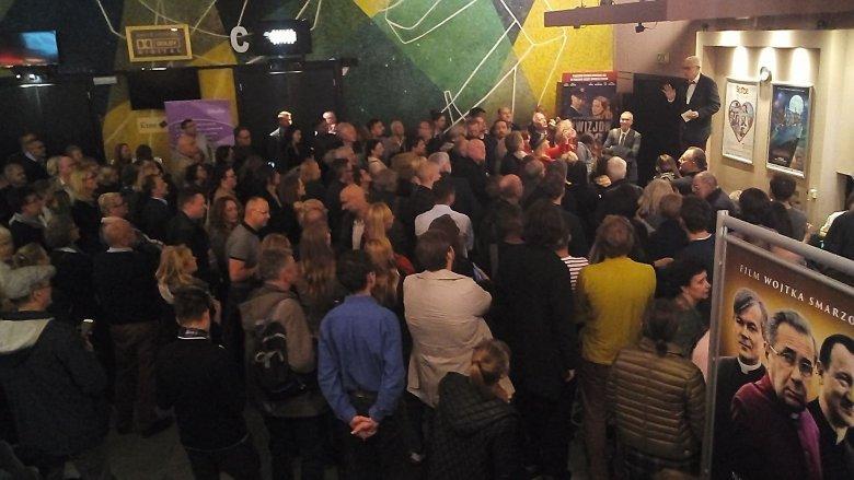"""Na warszawską premierę """"Dobrej zmiany"""" przybył tłum ludzi. Widzowie, którzy przyszli na """"Kler"""" musieli się przenieść do mniejszej sali"""