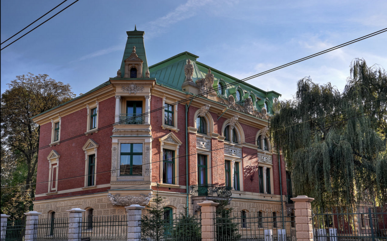 XIX-wieczny neobarokowy Pałac Dietla. Po kilkunastu latach prac konserwatorskich i renowacyjnych, odzyskał dawny blask i jest prawdziwą ozdobą miasta.
