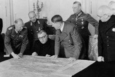 Ks. Jozef Tiso i Adolf Hitler nad mapami w 1939 r. w Berlinie.