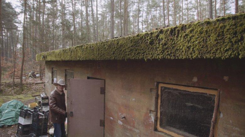 Andrzej Zieliński przy bunkrze w lesie w Świnoujściu.