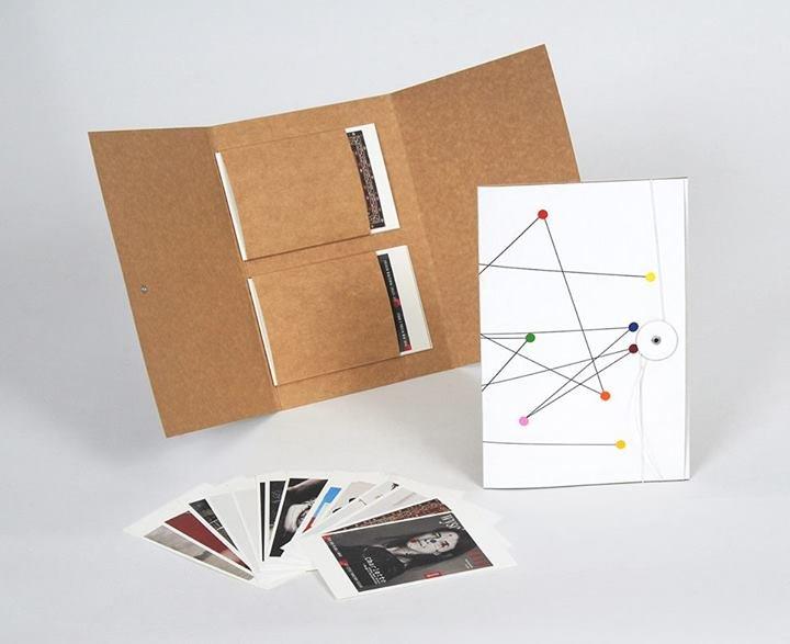 Na zdjęciu: Janek Simon dla Raster Editions, 2013, okładka: ręczny rysunek flamastrem, wnętrze: zestaw 14 pocztówek, 245 x 170 mm, ed. 100
