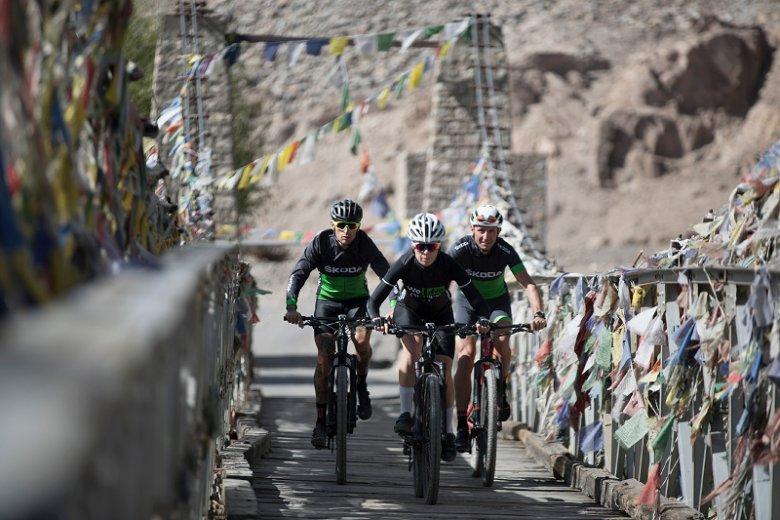 Wyścig kolarski w Himalajach to walka z pogodą, brakiem tlenu i samym sobą.