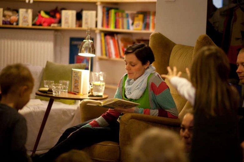 Paulina Wilk czyta dzieciom podczas warsztatów dotyczących bajkoterapii