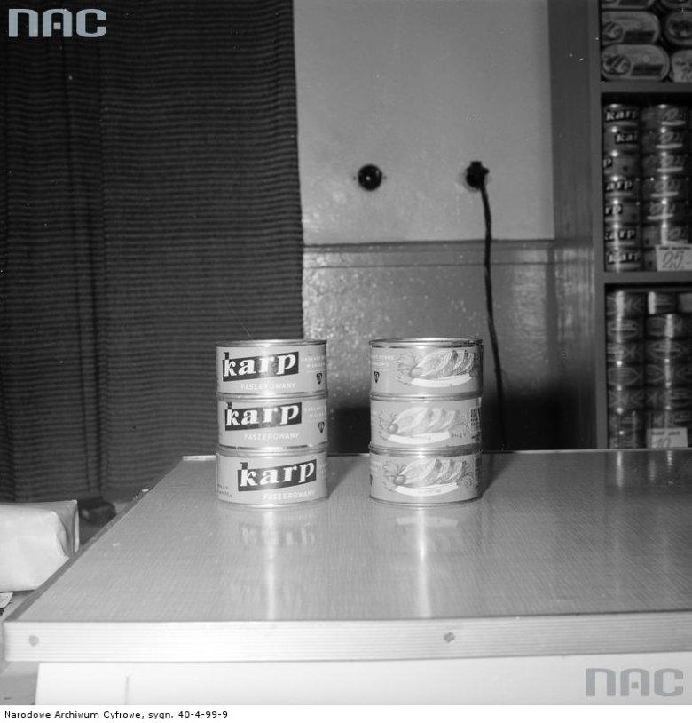 """Kto nie dostał żywego karpia, musiał zadowolić się konserwą rybną. Sklep Warszawskiej Spółdzielni Spożywców """"Społem"""" przy ul. Próżnej 14 w Warszawie"""