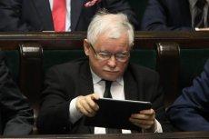 """Jak żyje prezes Jarosław Kaczyński, kiedy nie widać go w mediach? O tym pisze najnowszy """"Newsweek""""."""