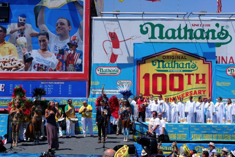 Hot-dogi zostały wymyślone przez polskiego Żyda, Nathana. Obecnie jest to jużwielka korporacja, a na Coney odbywająsię konkursy w jedzeniu hot dogów na czas.