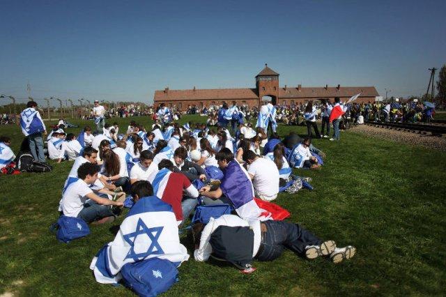 Izraelska wycieczka w byłym nazistowskim obozie Auschwitz-Birkenau.